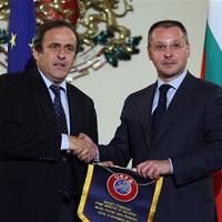 Мишел Платини потупа по рамото шефовете на румънския футбол