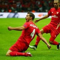 Севиля с исторически трофей от Лига Европа