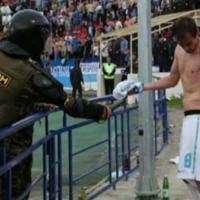 Руски полицай нападна футболист с електрошок