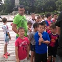 Млади футболисти протестират пред общината във Видин, пънове им пречат да тренират