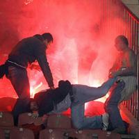 Фенове вадят пистолети на играчи на Партизан