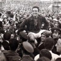Знаете ли къде Нако Чакмаков е пoказал първата купа на ЦСКА пред червените феновете?