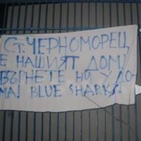 """Фенове на Черноморец атакували ст. """"Лазур"""" с транспаранти"""