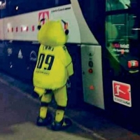 Талисманът на Борусия маркира рейса на Байерн