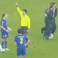 """Футболист получи червен картон за """"нарушение"""" срещу фен"""