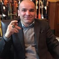 Човекът с чадърите си говори с Локомотив Пд